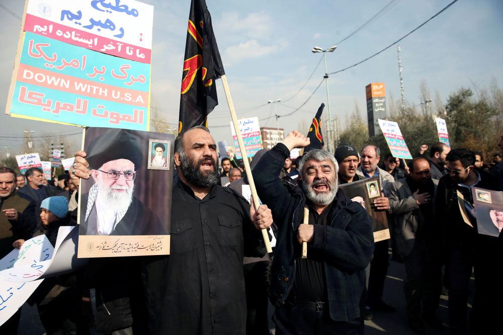 Táhněte, USA. V Íránu se po atentátu na generála Kásima Sulejmáního sešly tisíce lidí