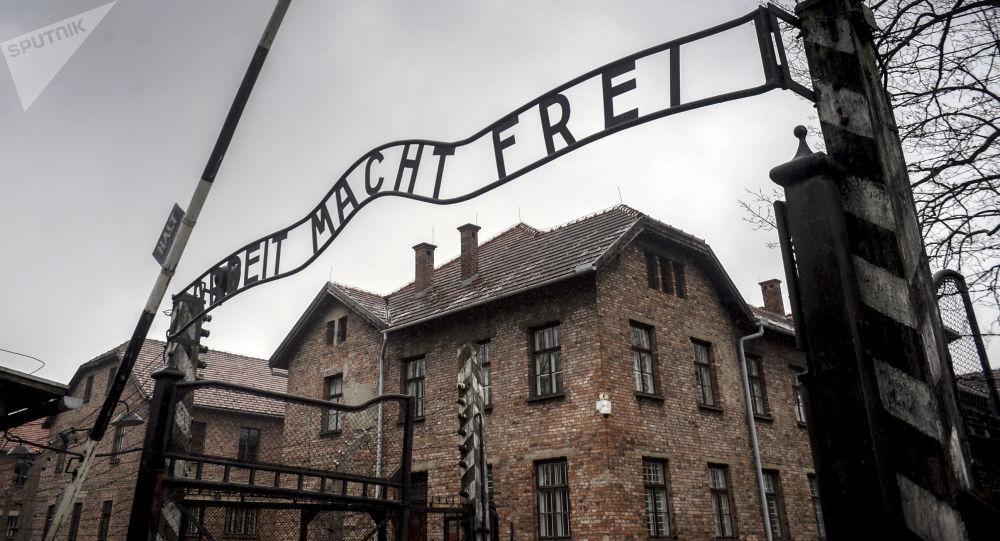 Centrální brána bývalého koncentračního tábora Osvětim-Birkenau v Osvětimi