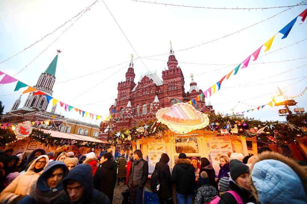 Kolotoče, kluziště a vánoční stánky na hlavním náměstí v Rusku: Jak v Moskvě slaví Vánoce a Nový rok