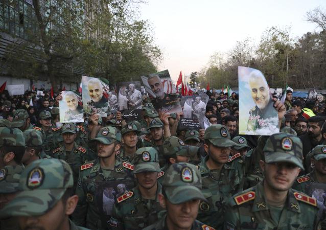 Íránští kadeti během smutečního průvodu v Teheránu, který doprovázel pohřeb íránského generála Kuds Kásima Suljmáního