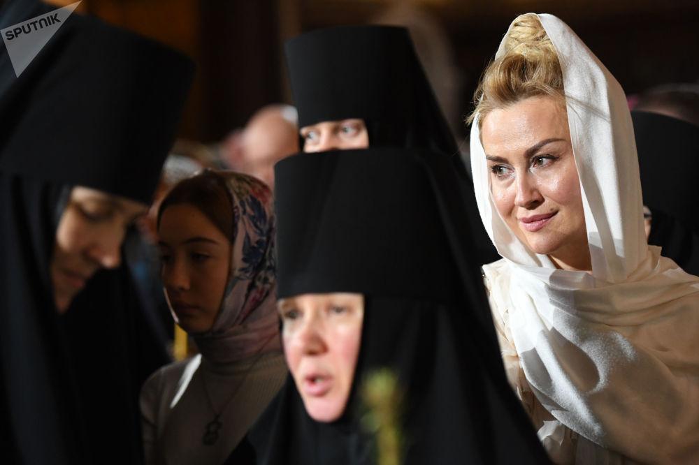Lidé během vánoční bohoslužby v katedrále Krista Spasitele v Moskvě