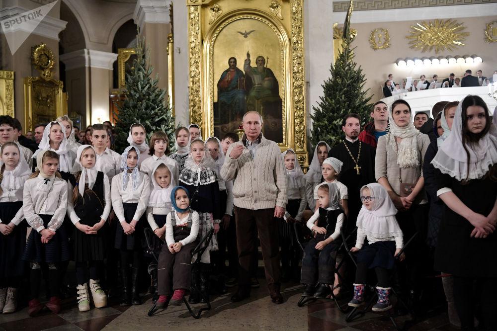 Ruský prezident Vladimir Putin během vánoční bohoslužby v Petrohradě