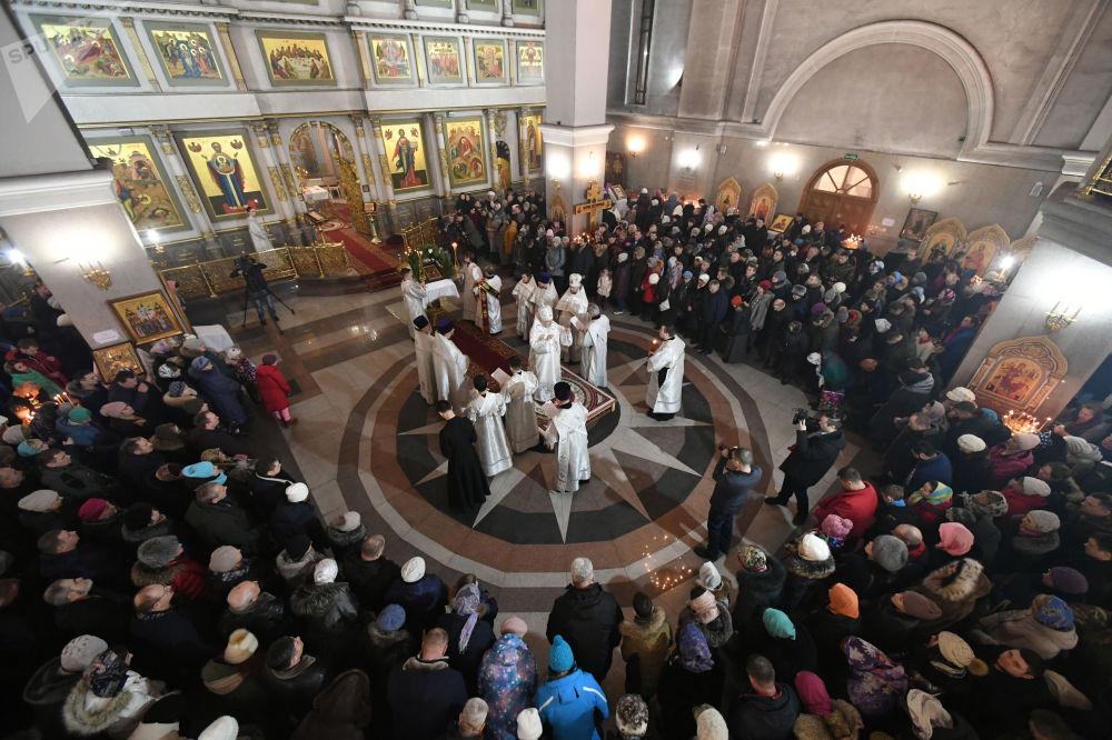 Věřící a duchovní během vánoční bohoslužby v Kristově chrámu v Krasnojarsku