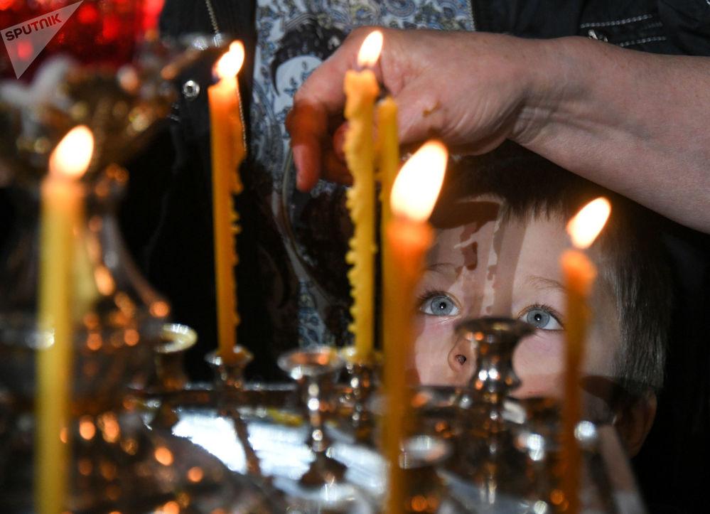 Dítě během vánoční bohoslužby v katedrále Krista Spasitele v Moskvě