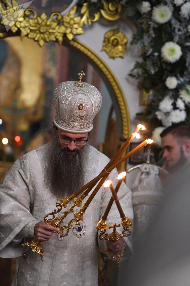 Opat chrámu Nanebevzetí Panny Marie, biskup Innocent, během vánoční bohoslužby ve Vladivostoku