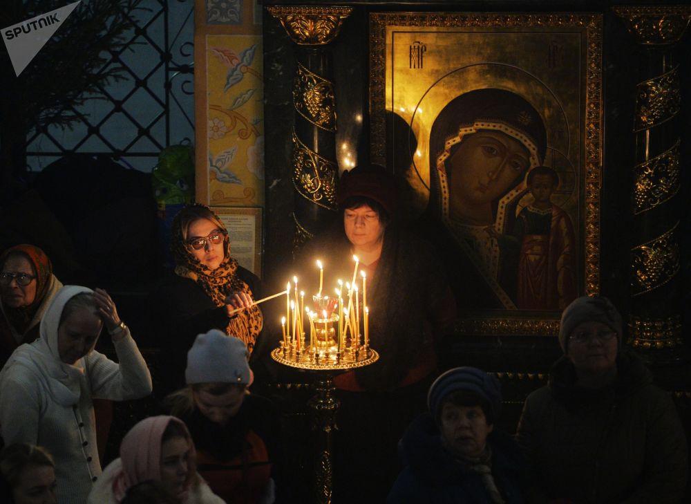 Věřící při vánoční bohoslužbě v katedrále v Jekatěrinburgu