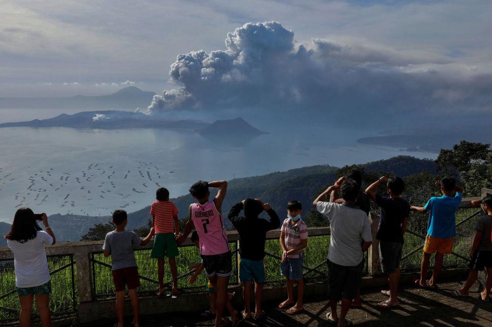 Hrom, blesky a důsledky erupce sopky Taal na FilipínáchHrom, blesky a důsledky erupce sopky Taal na Filipínách