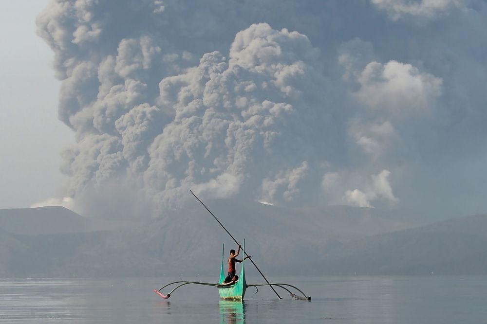 Hrom, blesky a důsledky erupce sopky Taal na Filipínách