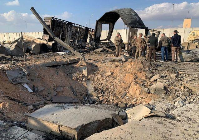 Vojáci na místě ostřelování americké vojenské základny Ajn al-Asad v Iráku