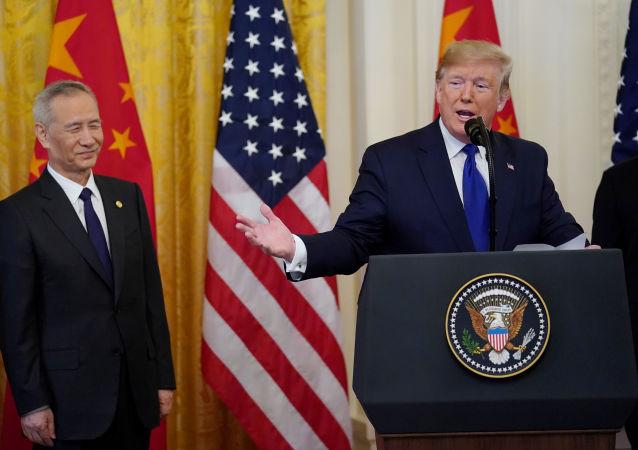 Vicepremiér Státní rady ČLR Liu He a americký prezident Donald Trump po podepsaní dokumentů týkajících se obchodní dohody