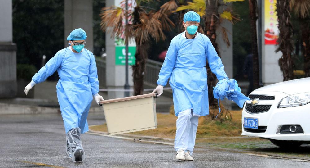 Lékařský personál u nemocnice ve Wu-chanu