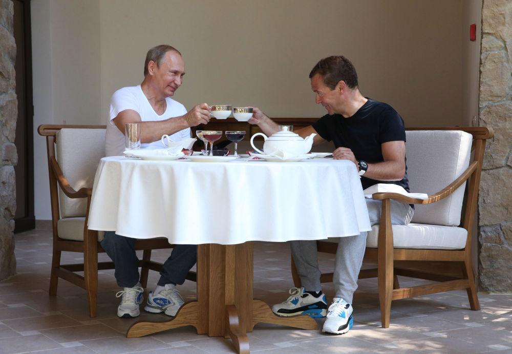 30. srpna 2015 – Vladimir Putin a Dmitrij Medveděv snídají v rezidenci Bočarov ručej v Soči