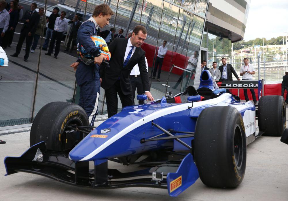 20. září 2014 – Předseda vlády si prohlíží bolid před prvními závody Formule 1 v Rusku