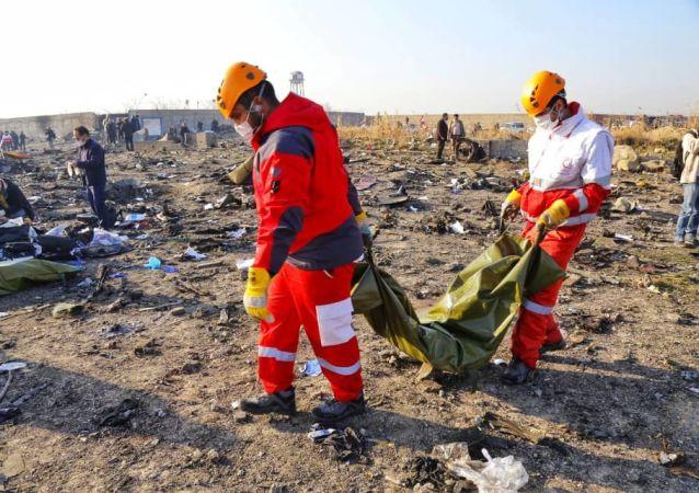 Na místě pádu ukrajinského letadla v Íránu