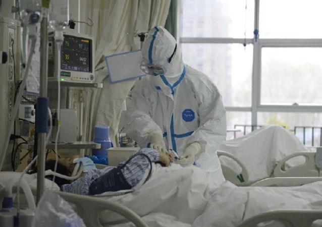 Pacient v centrální nemocnici ve Wu-chanu, Čína