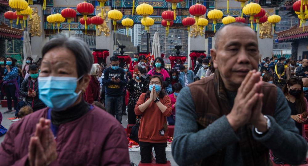 Lidé se modlí v chrámu Wong Tai Sin v Hongkongu v Číně