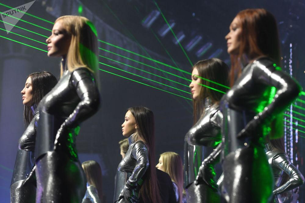 Během prvního vystoupení tančili vedle soutěžících dívek také muži v helmách s LED světly