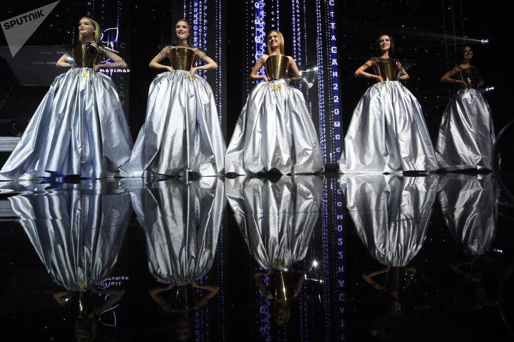 Desítky nejkrásnějších dívek Tatarstánu změnily svůj styl a objevily se na pódiu v načechraných šatech.