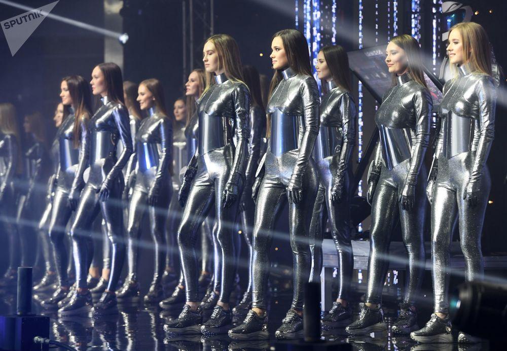 Po několika vystoupeních a tvůrčích představeních porota jmenovala 10 superfinalistek.