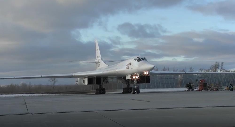 Video: Mladá generace ruských pilotů předvedla své schopnosti se strategickými bombardéry Tu-160