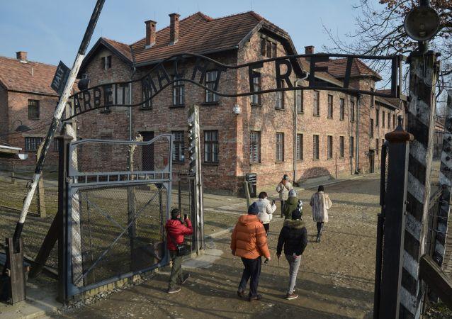 Návštěvníci muzea na území bývalého koncentračního tábora Osvětim