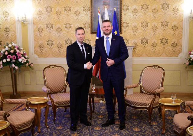 Slovenský premiér Peter Pellegrini s velvyslancem Spojeného království Andrewem Garthem