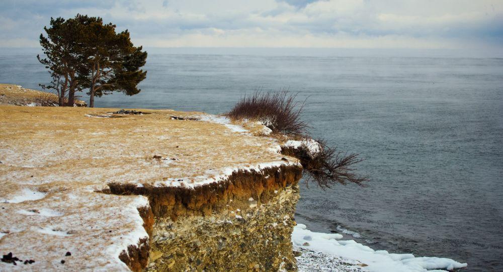 Vysoký břeh jezera Bajkal.