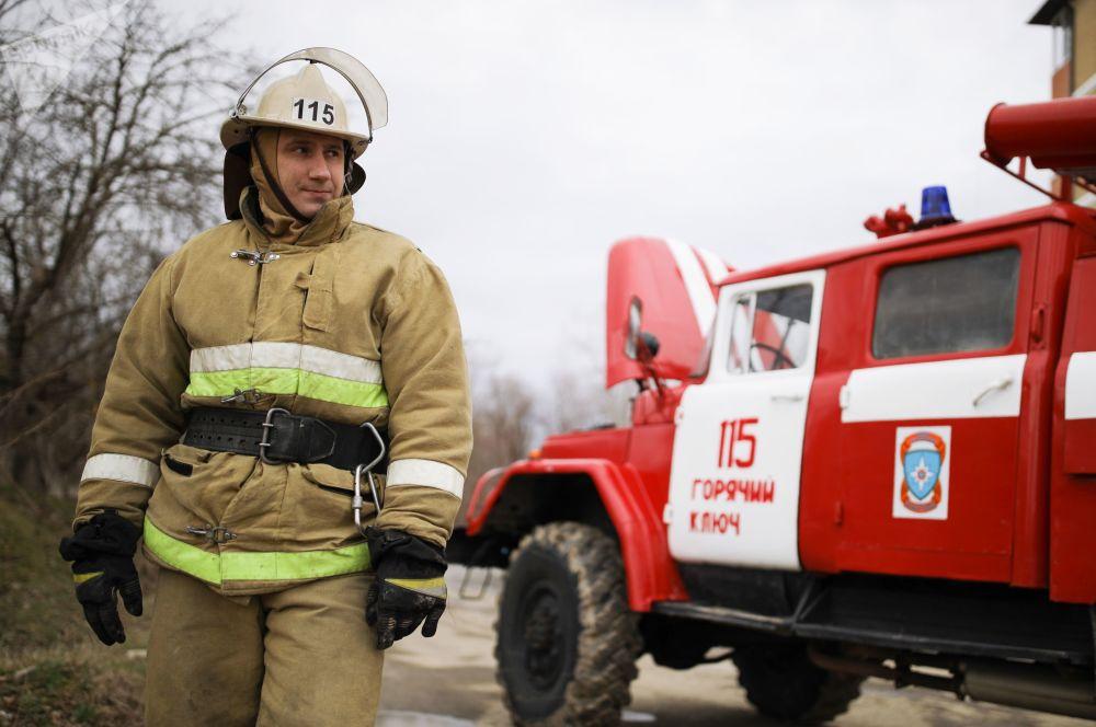 Pracovník hasičské zachranné služby během likvidace následků povodně v Krasnodarském kraji