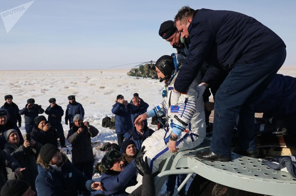 Kosmonaut společnosti Roskosmos Alexandr Skvorcov po přistání v Kazachstánu s dalšími členy posádky Mezináridní kosmické stanice