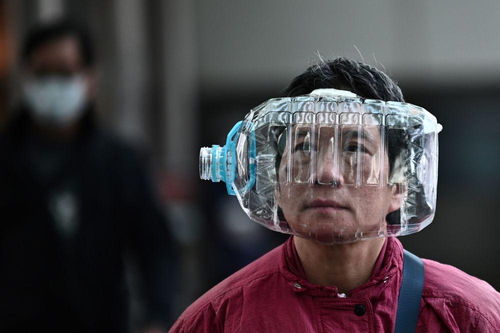Obyvatel Hongkongu používá plastovou láhev jako masku proti koronaviru