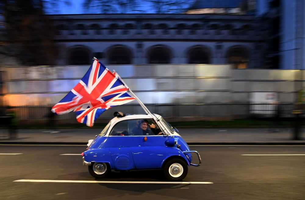 Muž s vlajkou Velké Británie v den oficiálního brexitu. Londýn