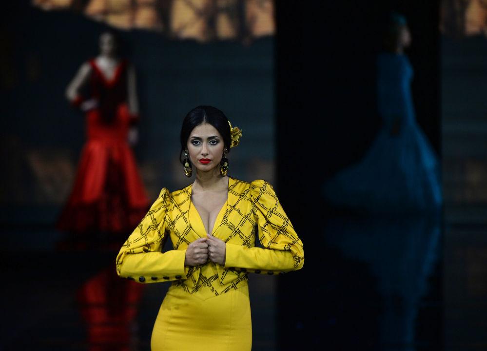 Modelka v šatech od Loli Vera během módní přehlídky International Flamenco Fashion Show (SIMOF) v Seville, Španělsko