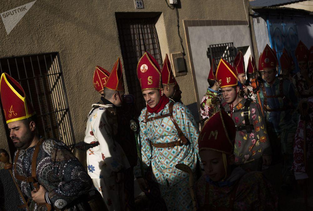 Účastníci tradičního festivalu Endiablada v Almonacid del Marquesado, Španělsko