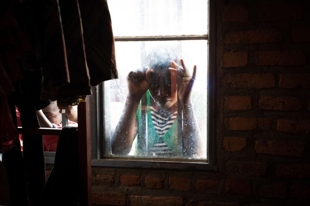 Dívka ve středisku pro přistěhovalce v Nyarushishi, Rwanda