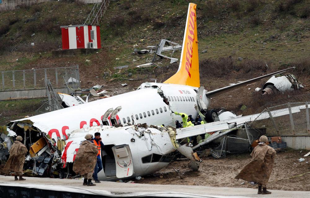 Letadlo Boeing 737 společnosti Pegasus Airlines se vykutálelo z přistávací dráhy v Istanbulu, Turecko