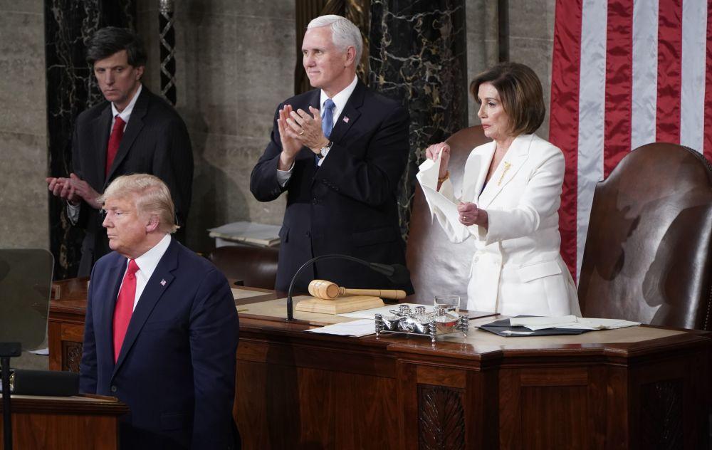 Předsedkyně Sněmovny reprezentantů Spojených států Nancy Pelosiová trhá papír s projevem amerického prezidenta Donalda Trumpa