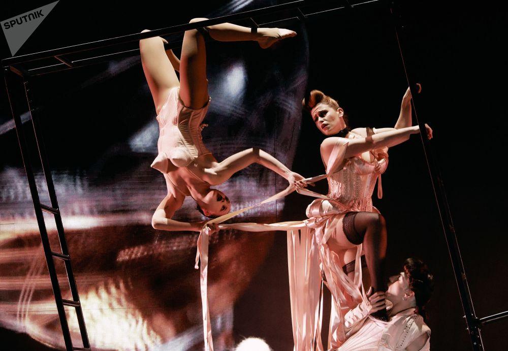 Herci během představení Fashion Freak Show francouzského návrháře Jeana-Paula Gaultiera v Petrohradu