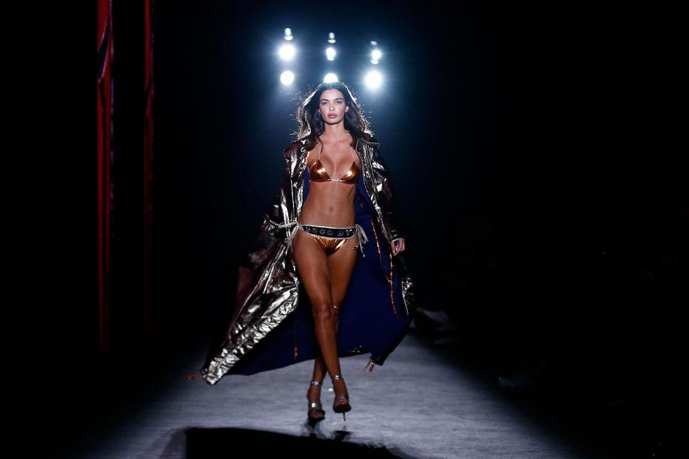 Modelka během přehlídky Custo Barcelona. Barcelona 080 Fashion Week, Barcelona