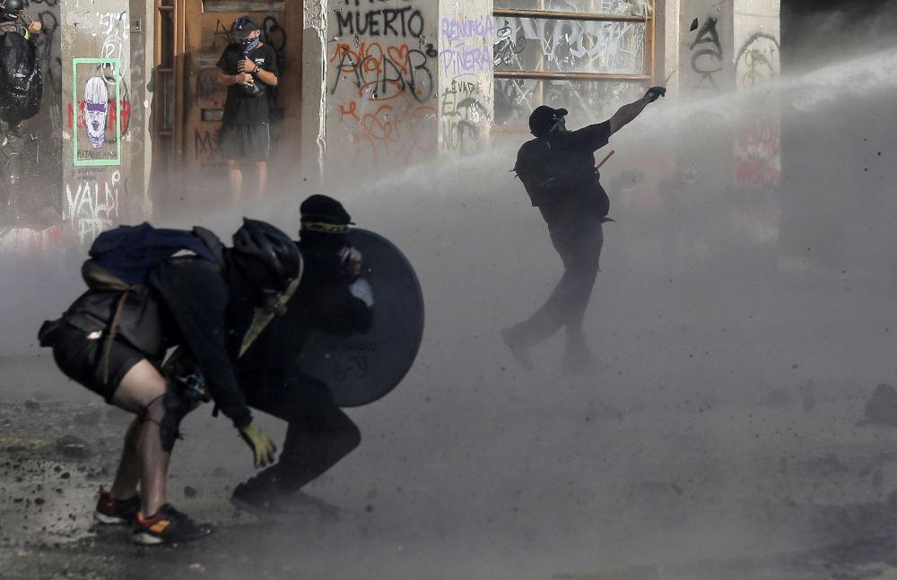 Střety demonstrantů s policií. Santiago de Chile, Chile.