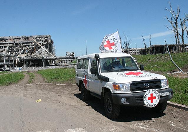 Auto Mezinárodního červeného kříže u letiště v Doněcku