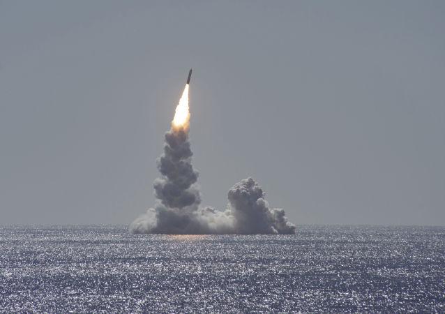 Testy balistické rakety Trident II (D5LE) z ponorky třídy Ohio u pobřeží San Diega v Kalifornii