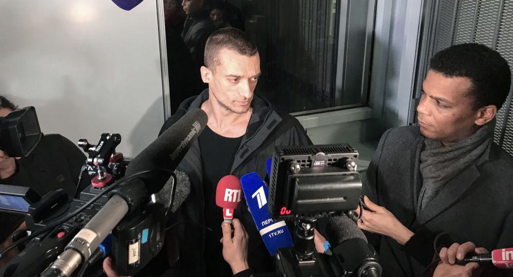"""Video: """"Ve Francii neexistuje žádná svoboda slova."""" Pjotr Pavlenskij sdělil podrobnosti svého zadržení"""