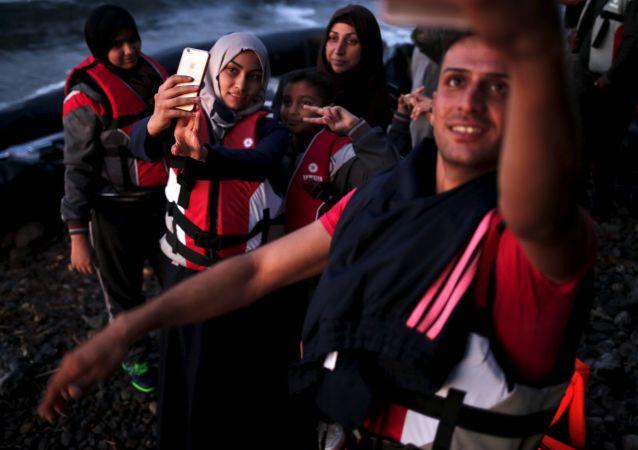 Syrští uprchlíci pořizují selfie po připlutí na řecký ostrov Lesbos.