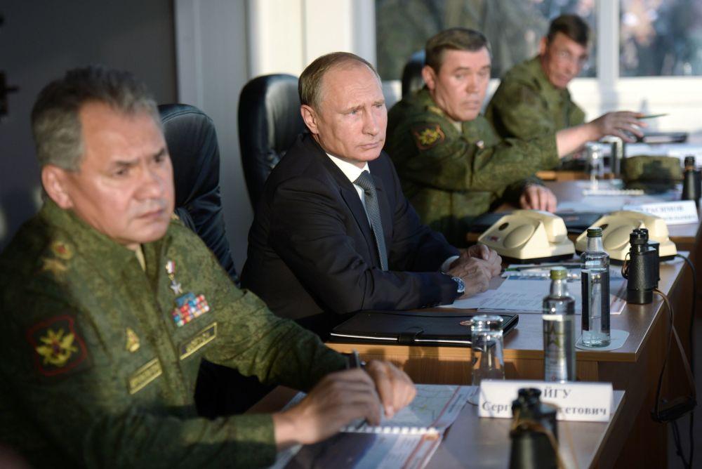Vladimir Putin na cvičení v Orenburské oblasti