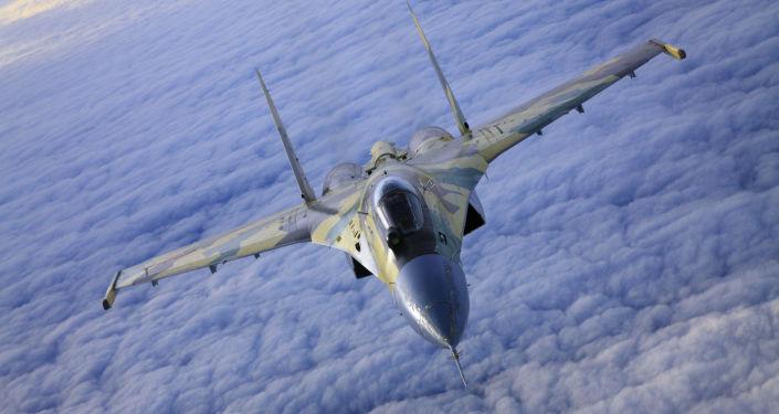 Víceúčelová superpohyblivá stíhačka Su-35. Stíhací letoun generace 4++ přenechává v rychlosti místo svému předchůdci SU-27, ale jeho bojový dolet do 1600 km a obnovený servis zbraní kompenzují tento nedostatek