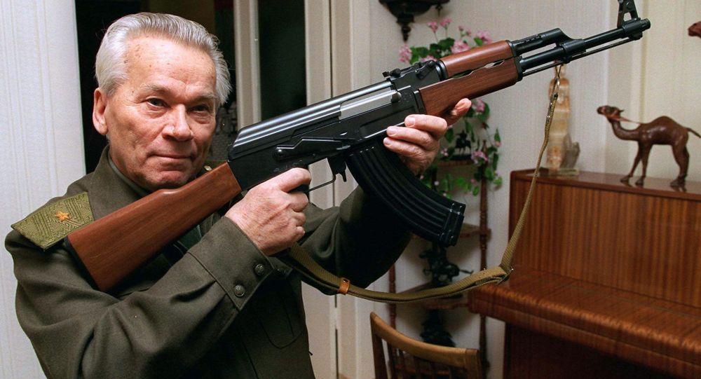 Konstruktér Michail Kalašnikov a AK-47. Předností AK je lehká váha, lehko se rozebírá, a lehce se z něho střílí. Miliony kusů této zbraně se dosud používají na celém světě