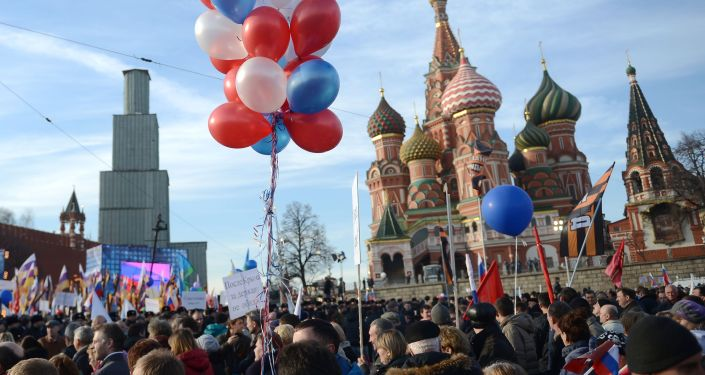 Na Vasiljevském svahu ve středu Moskvy se na mítink a koncert Jsme spolu věnovaný výročí spojení Krymu s Ruskem sešlo přes 110.000 lidí