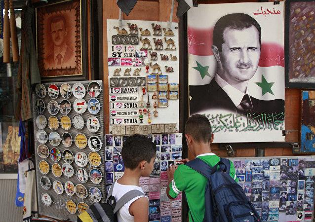 Suvenýry s portrétem Bašára Asada