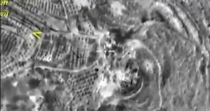 Záběry nočních leteckých útoku v Maarat Al-Nuuman a Dar-Taazza