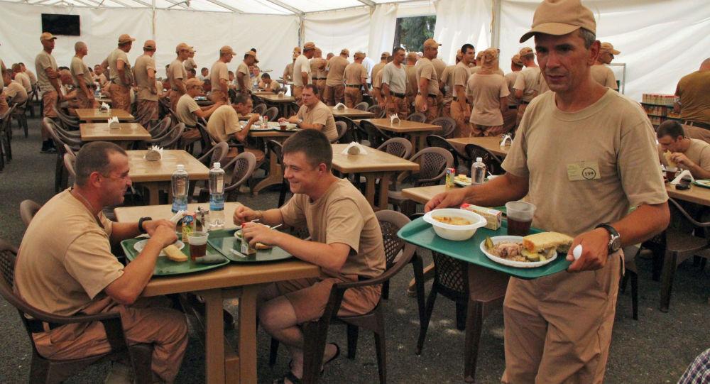 Ruští vojáci v jídelně na základně Chmejmim v Sýrii.